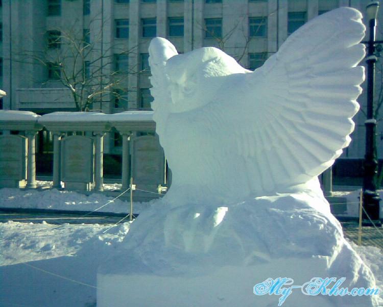Ледяная(снежная) скульптура Сова на площади.
