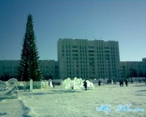 Главный символ праздника - Ёлка на Площади Ленина Хабаровска в 2013 году перед Правительством Хабаровского края.