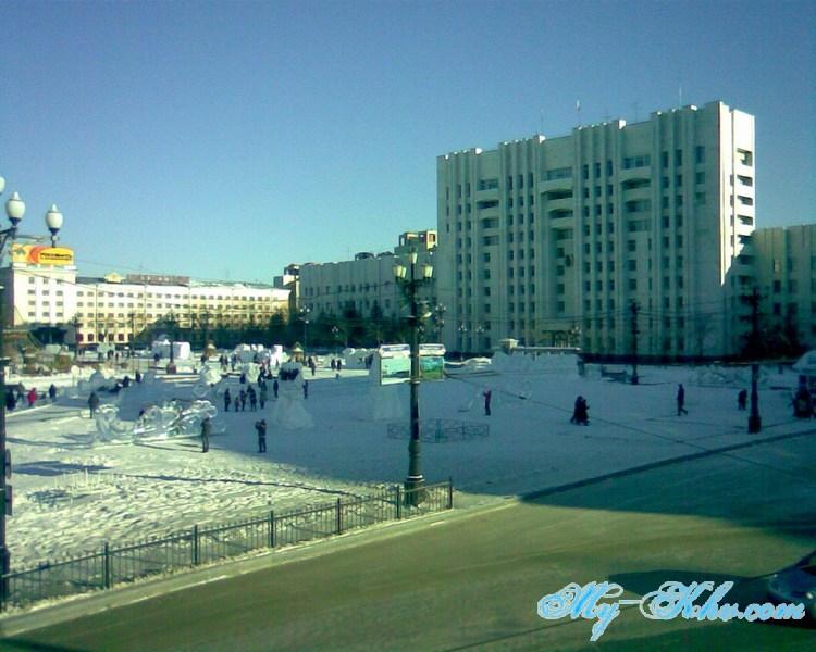 Вся Площадь Ленина Хабаровска с ледяными фигурами.