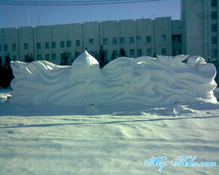 Также на площади Ленина можно было видеть героев из сказок, выполненные из снега и льда.