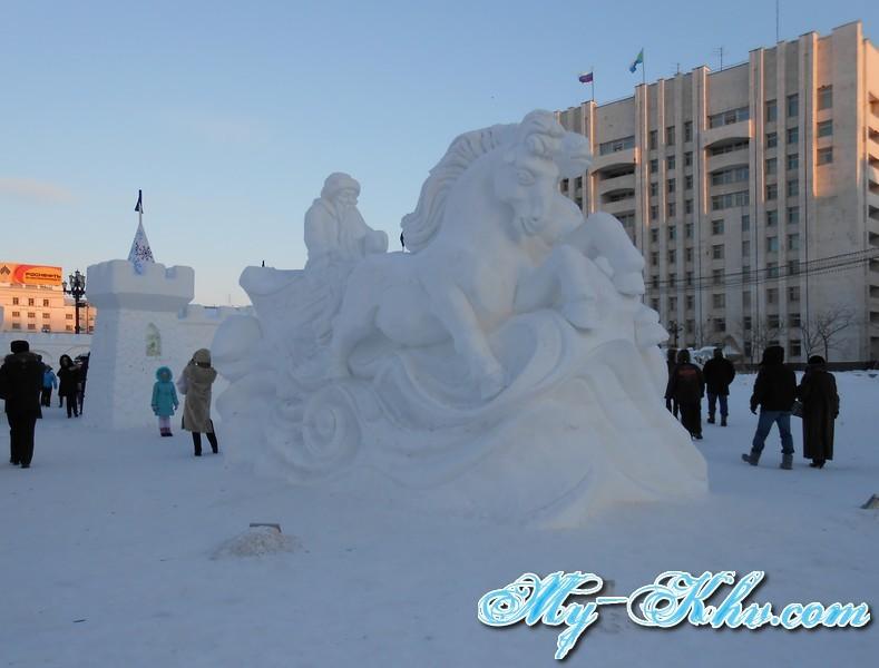 Снежная колесница в лице символов нового 2014 года.