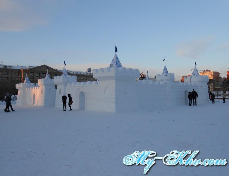 Огромный снежный замок в центре площади Ленина Хабаровска не оставили без внимания ни дети и не взрослые.